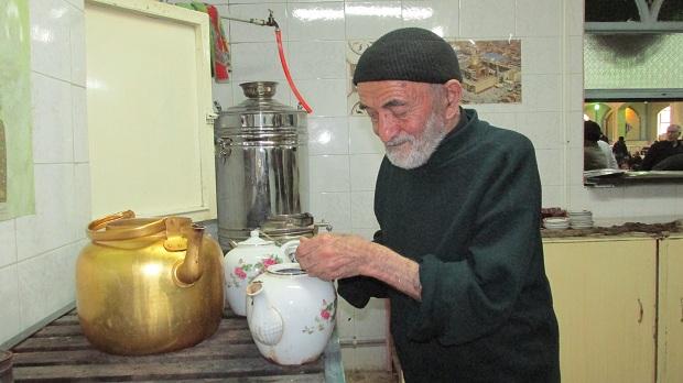 حاج محمد صادق و ۵۱ سال خدمت در آبدارخانه حسینی