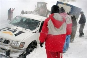 رهاسازی ۲۰ خودرو گرفتار در برف و کولاک دماوند