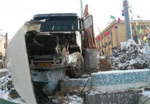 برخورد یک دستگاه کامیون با میدان امیرکبیر کیلان/کمکاری ستاد بروف روبی شهرداری کیلان منجر به وقوع حادثه شد