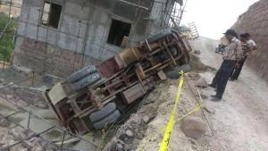 سقوط کامیون از ارتفاع ۶ متری در محله اتحاد شهر کیلان منجر به مجروح شدن راننده شد+تصاویر