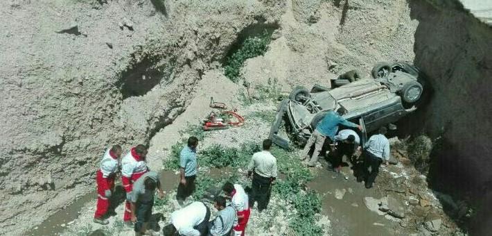 واژگونی خودروی پژو در محور ارجمند-فیروزکوه ۲ مصدوم و یک فوتی برجای گذاشت/ نقی شجاع، رئیس دانشگاه آزاد رودهن در این سانحه دچار مصدومیت شده است