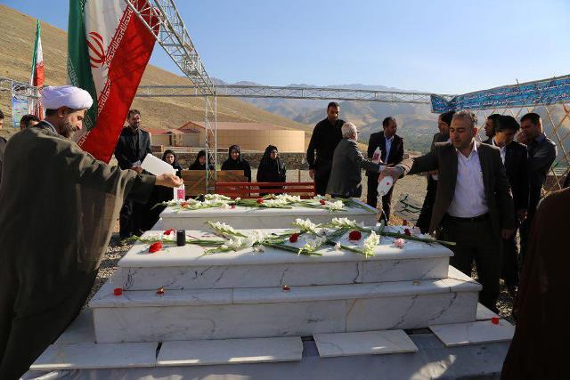 غبارروبی و عطر افشانی مزار شهدای گمنام در دانشگاه آزاد اسلامی واحد دماوند