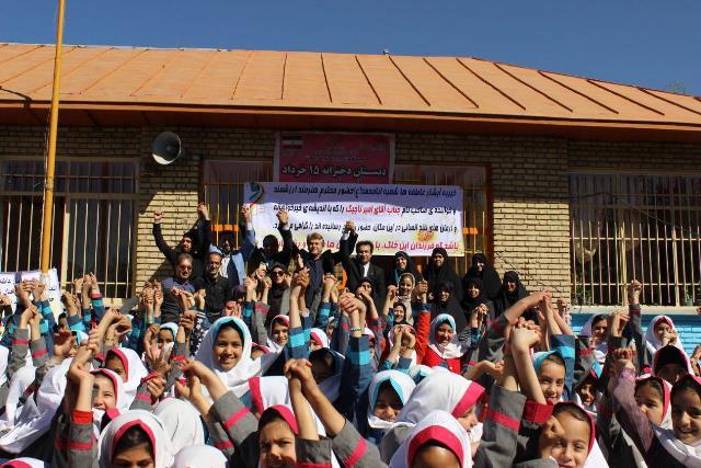 امیر تاجیک،خواننده مطرح کشورماندر بین دانشآموزان دبستان ۱۵ خرداد روستای جابان دماوند حضور پیدا کرد/۲۰۰ بسته آموزشی بین دانشآموزان نیازمند توزیع شد