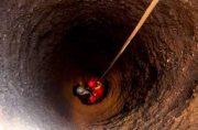 دختر بچه ۸ ساله پس از سقوط در چاه ۳۰ متری در منطقه مهرآباد جان سالم به در برد
