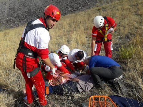 سقوطخودرو به داخل درهای در دریاچه تار/ نجات جان فرد سقوط شده از ارتفاع ۱۵۰متری در دریاچه تار توسط عوامل امداد و نجات دماوند