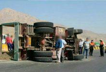 تصویر از واژگونی کامیون حامل بار شن و ماسه در محور دماوند – فیروزکوه نرسیده به پمپ بنزین شهر آبسرد